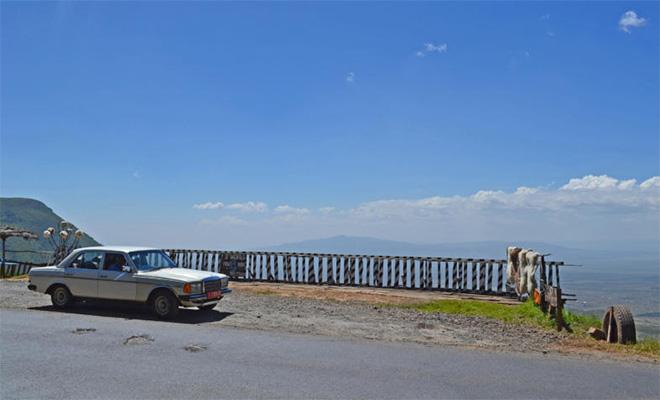 W123で駐ソマリアドイツ大使が走るケニア