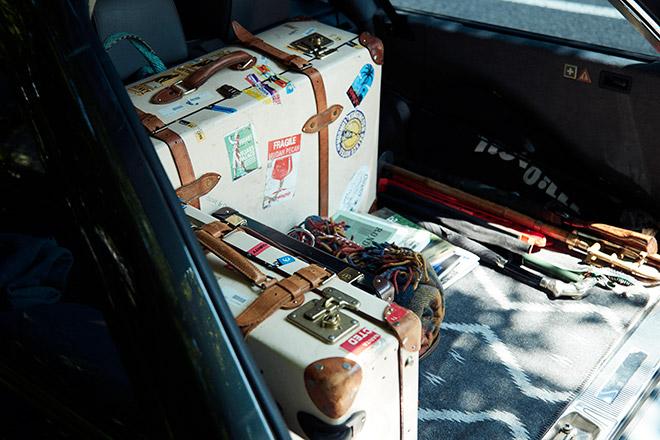 撮影用の小道具を詰め込んだグローブ・トロッターが鎮座する荷台