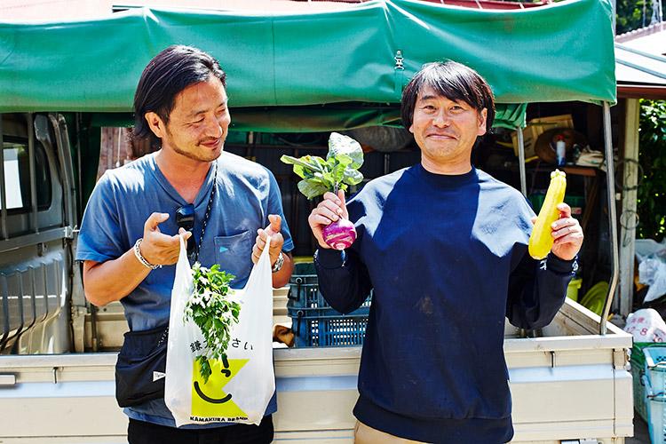 野菜をはさんで記念撮影。加藤さんの野菜は、鎌倉のレンバイで購入可能
