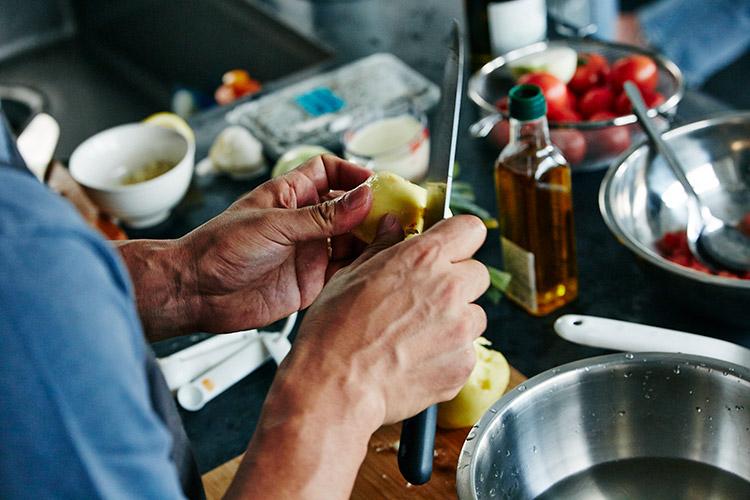まずは、枝豆とじゃがいもの冷たいスープを作る