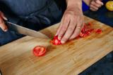 トマトのヘタをとる