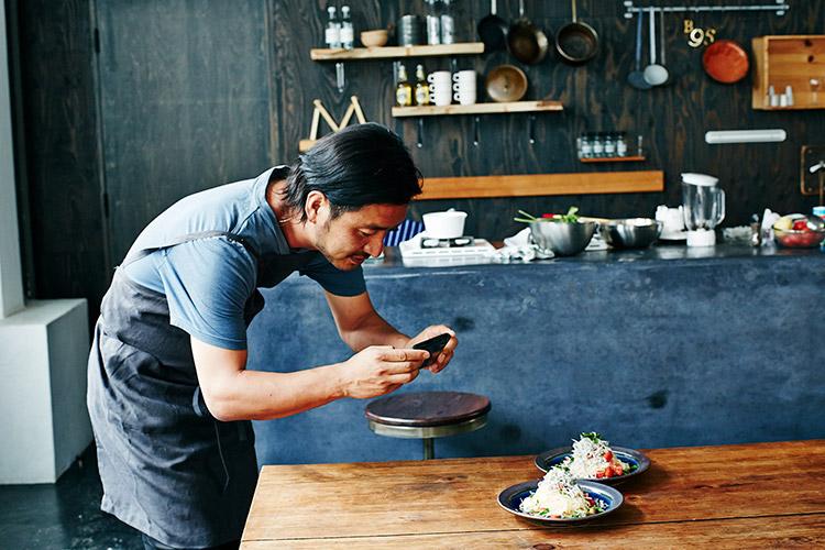 完成した料理をiPhoneで撮影