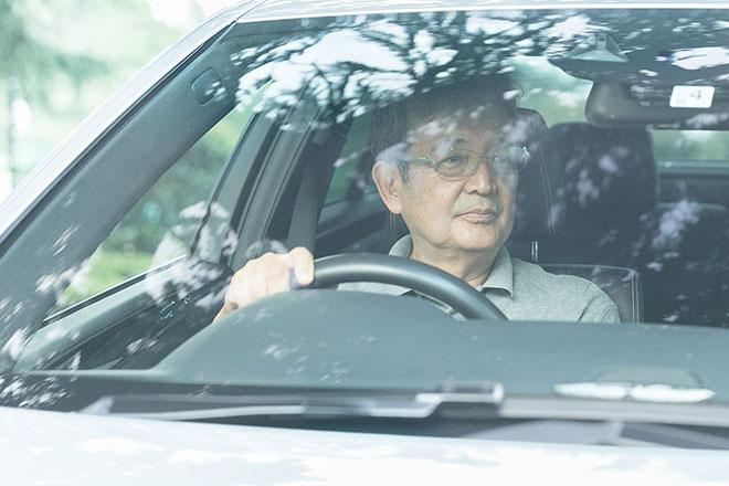 Eクラスを運転する閑野欣次さん