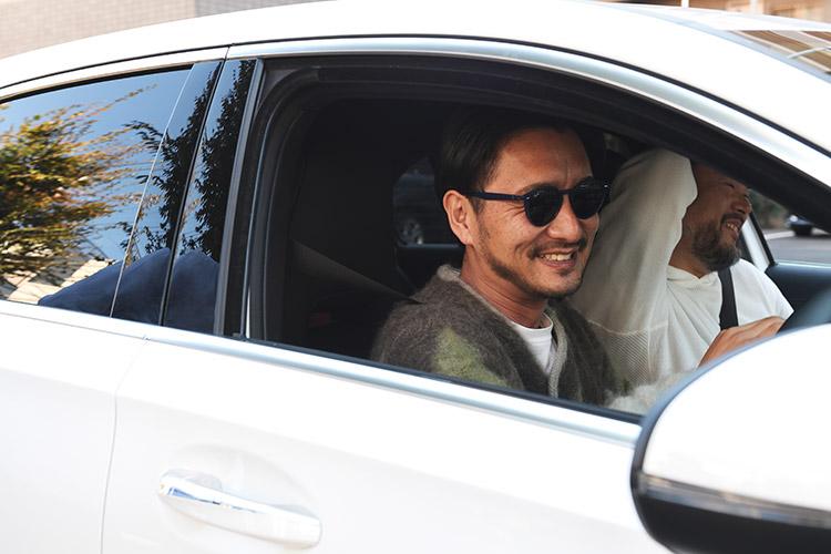 新型Aクラスでドライブする土井地さんと関根さん