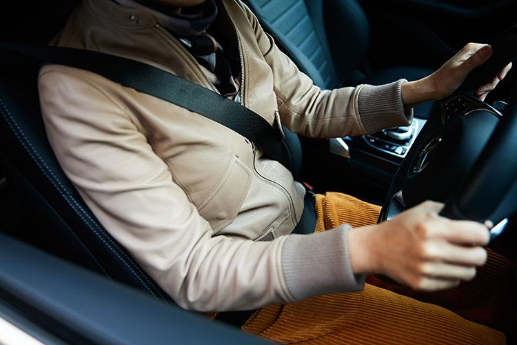 正しいシートベルトの装着位置