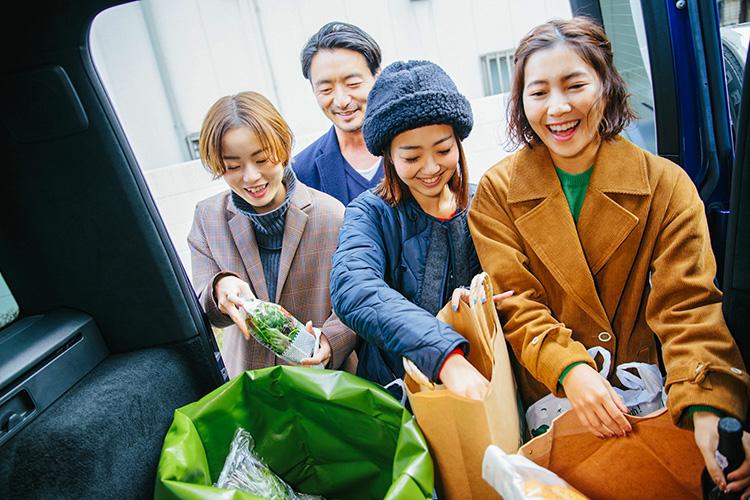 Gクラスに買い物した食材を積み込む、プレス女子3人組。それを見守る土井地さん