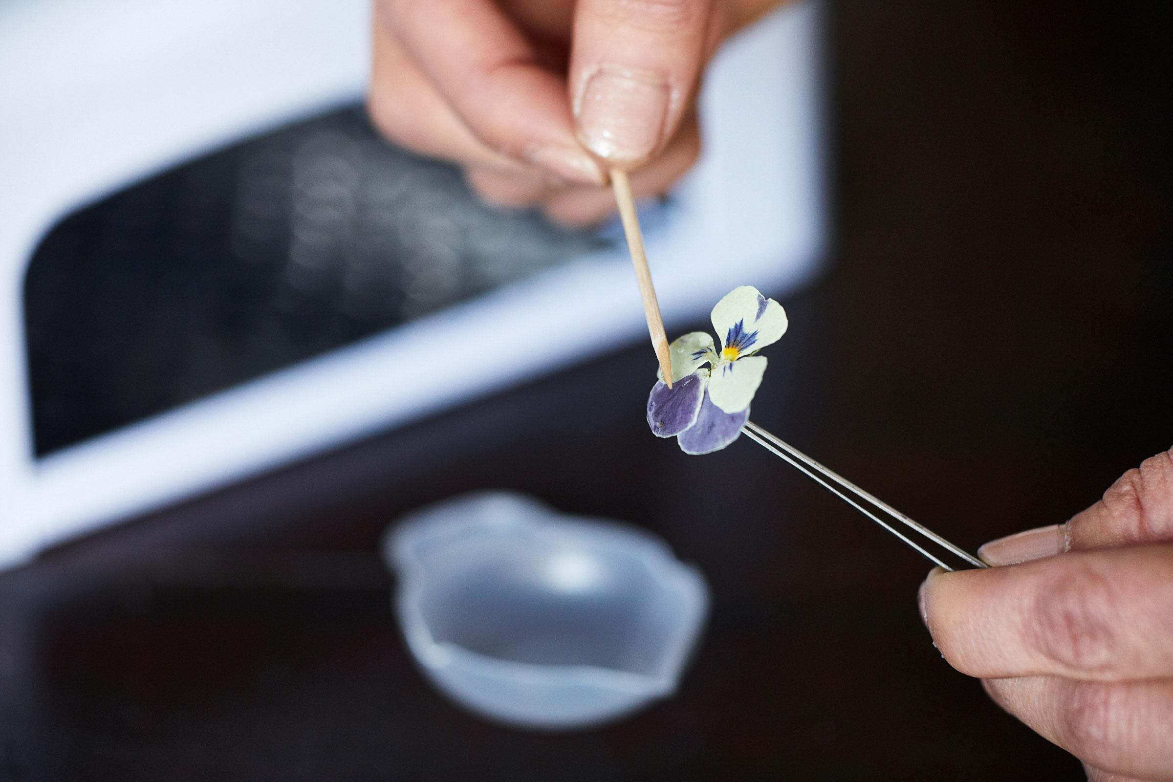 花々の美しさを閉じ込める「UVレジン」で素敵な作品を。