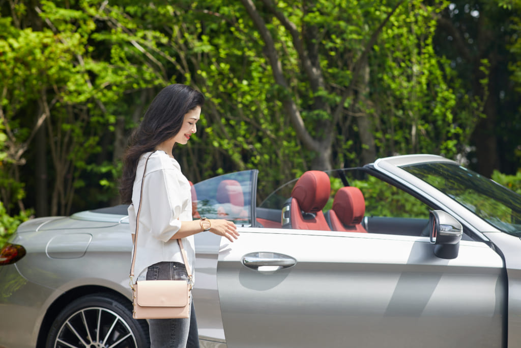 ドライブ中、風に吹かれて髪がバッサバサに…朝のスタイリングで予防を!