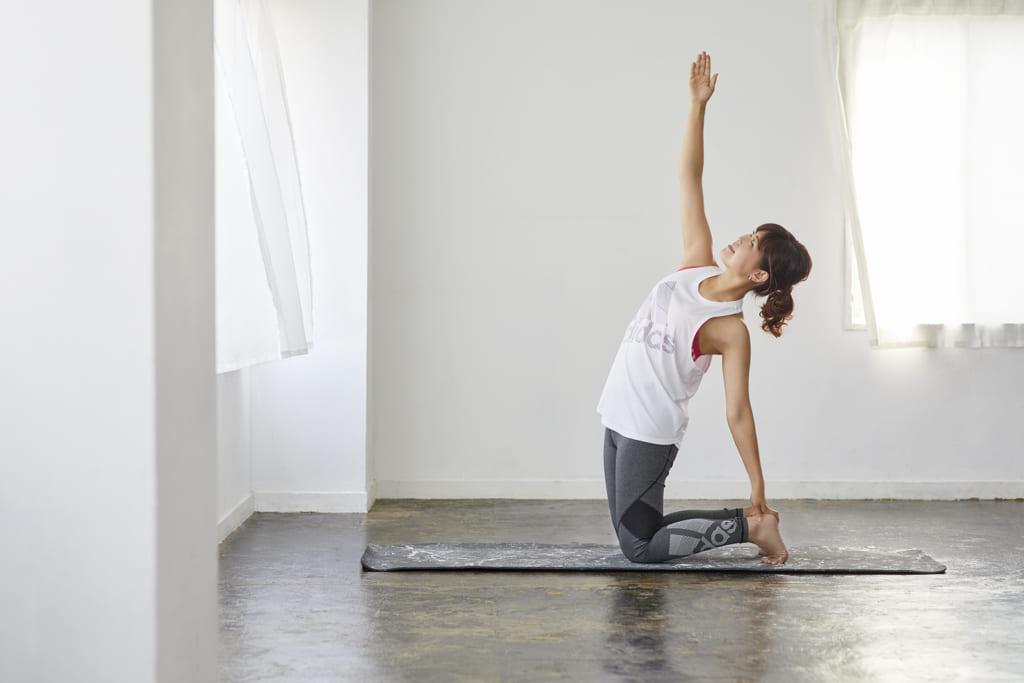 胸の伸展(ソル)可動域を広げる自宅ヨガ