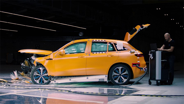 メルセデス・ベンツ初の電気自動車、EQCが切り拓く、「安全性」の未来