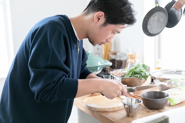 Aクラス セダンで入手した絶品しいたけで、料理の達人が鍋料理のおもてなし