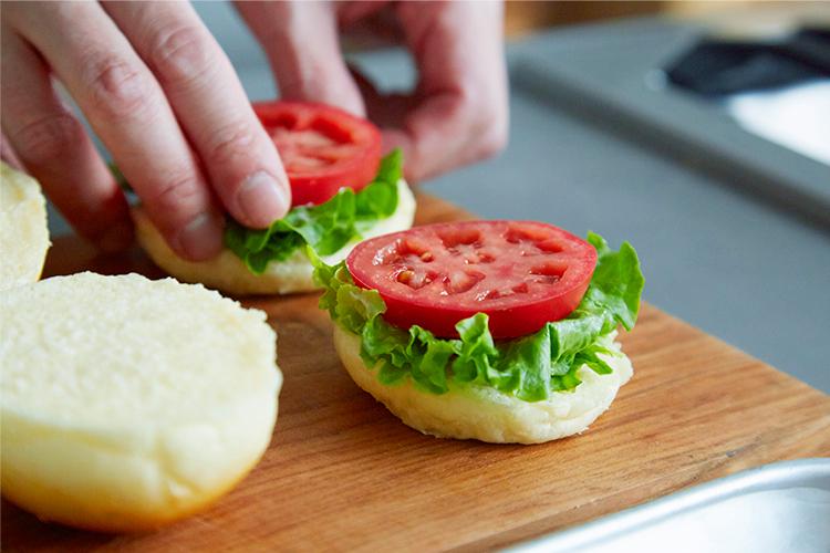 グリルチキンと野菜のミニバーガー